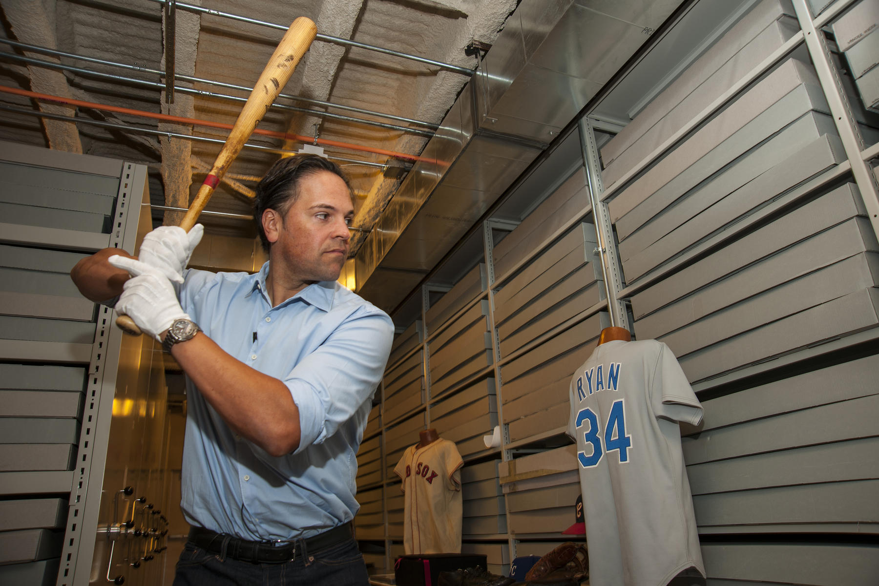 Class of 2016 electee Mike Piazza gets into a batter's stance during his Hall of Fame Orientation Visit on March 8, 2016. Piazza is holding the bat that his childhood hero, Hall of Famer Mike Schmidt, used to hit his 536th home run and tie fellow Hall of Famer Mickey Mantle on the all-time career homer list. (Milo Stewart, Jr. / National Baseball Hall of Fame)