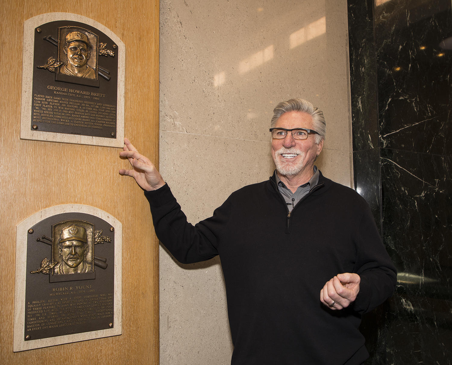 Jack Morris motions toward George Brett's plaque in the <em>Plaque Gallery</em> during his Orientation Visit. (Milo Stewart Jr./National Baseball Hall of Fame and Museum)