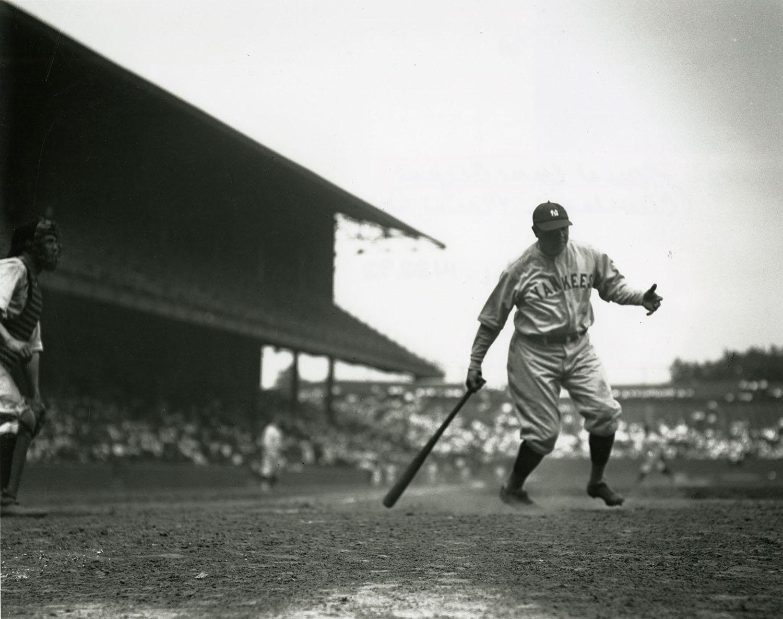 Balle frappée pour la 60e course à la maison de Ruth faisant partie de la tradition du baseball-3486