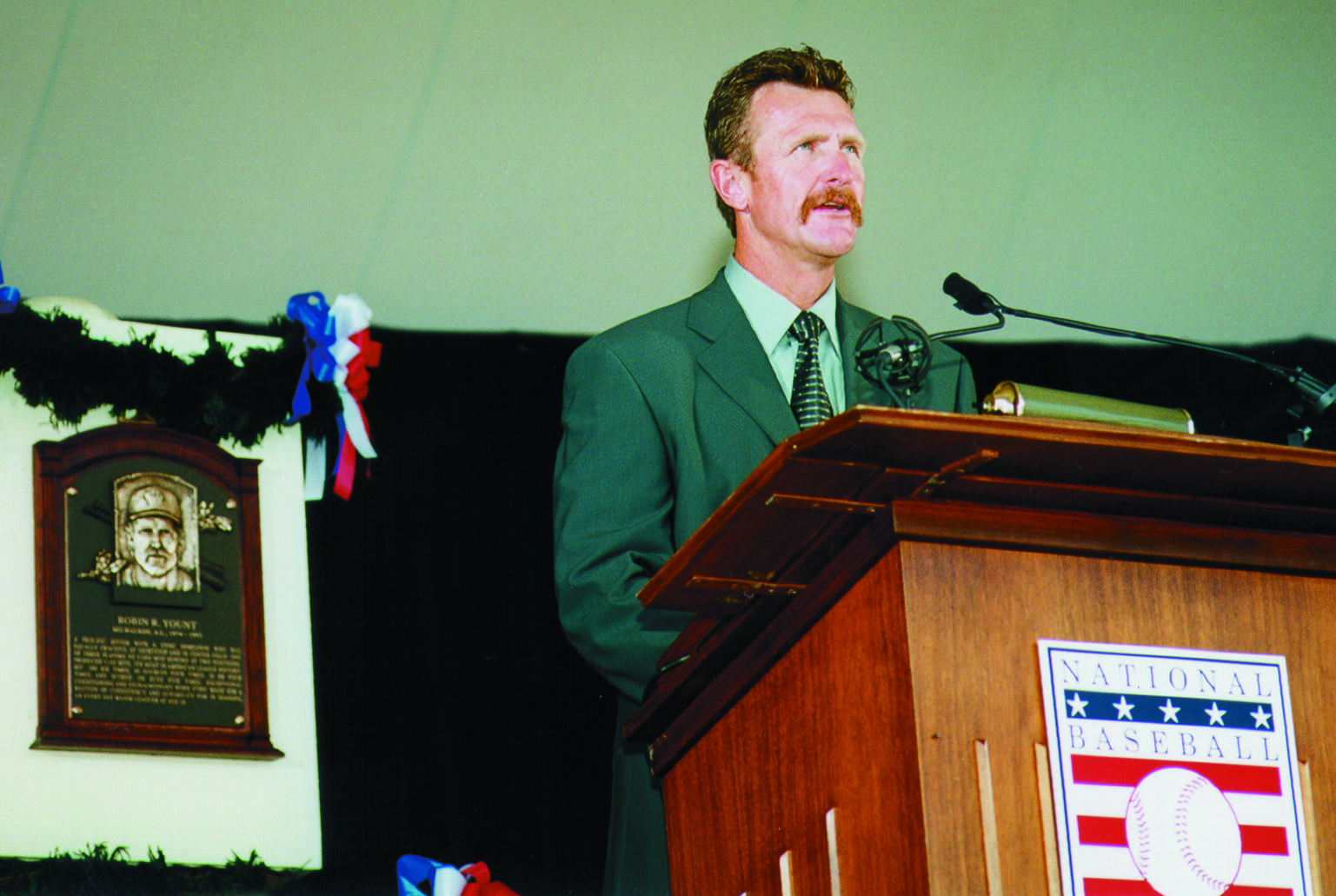 Robin Yount delivers his speech upon being inducted to the National Baseball Hall of Fame on July 25, 1999. (National Baseball Hall of Fame Library)