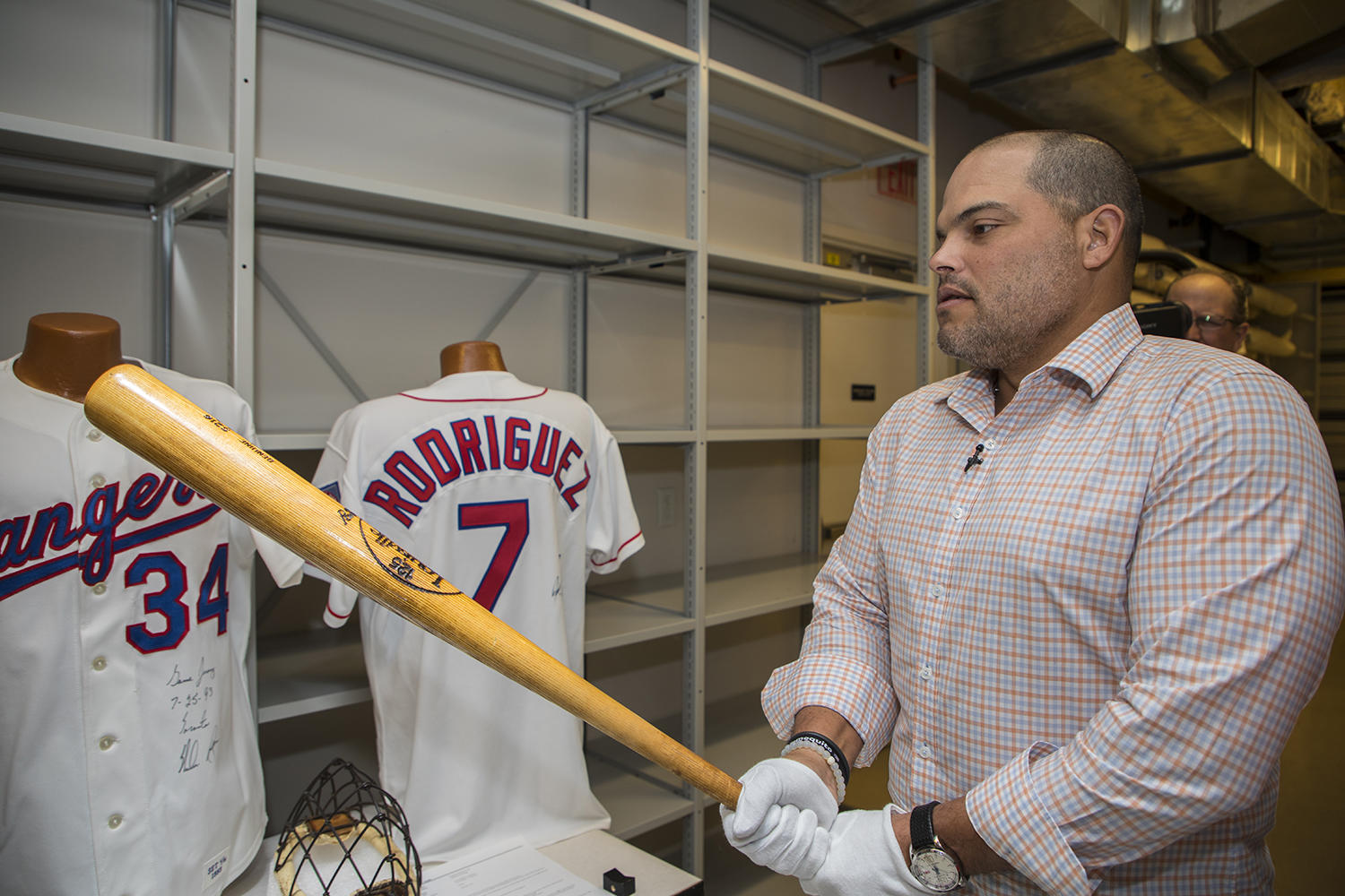 Iván Rodríguez examines Johnny Bench's bat, used during the 1980 season, during his Orientation Tour of the Hall of Fame. (Milo Stewart Jr. / National Baseball Hall of Fame)