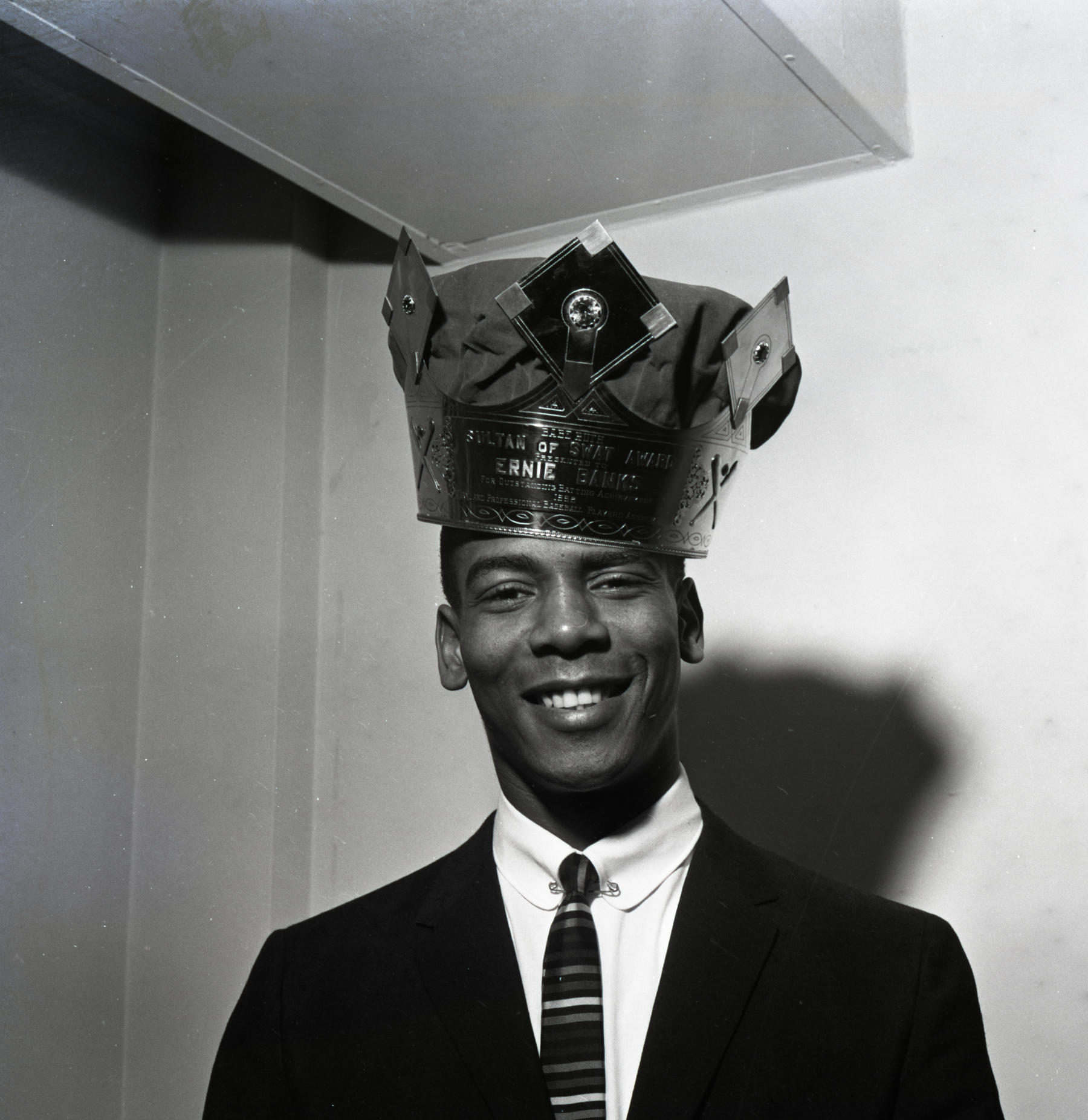 """Chicago Cubs Ernie Banks wearing the """"Sultan of Swat"""" crown for highest slugging percentage in 1958. BL-471.70.1 (National Baseball Hall of Fame Library)"""