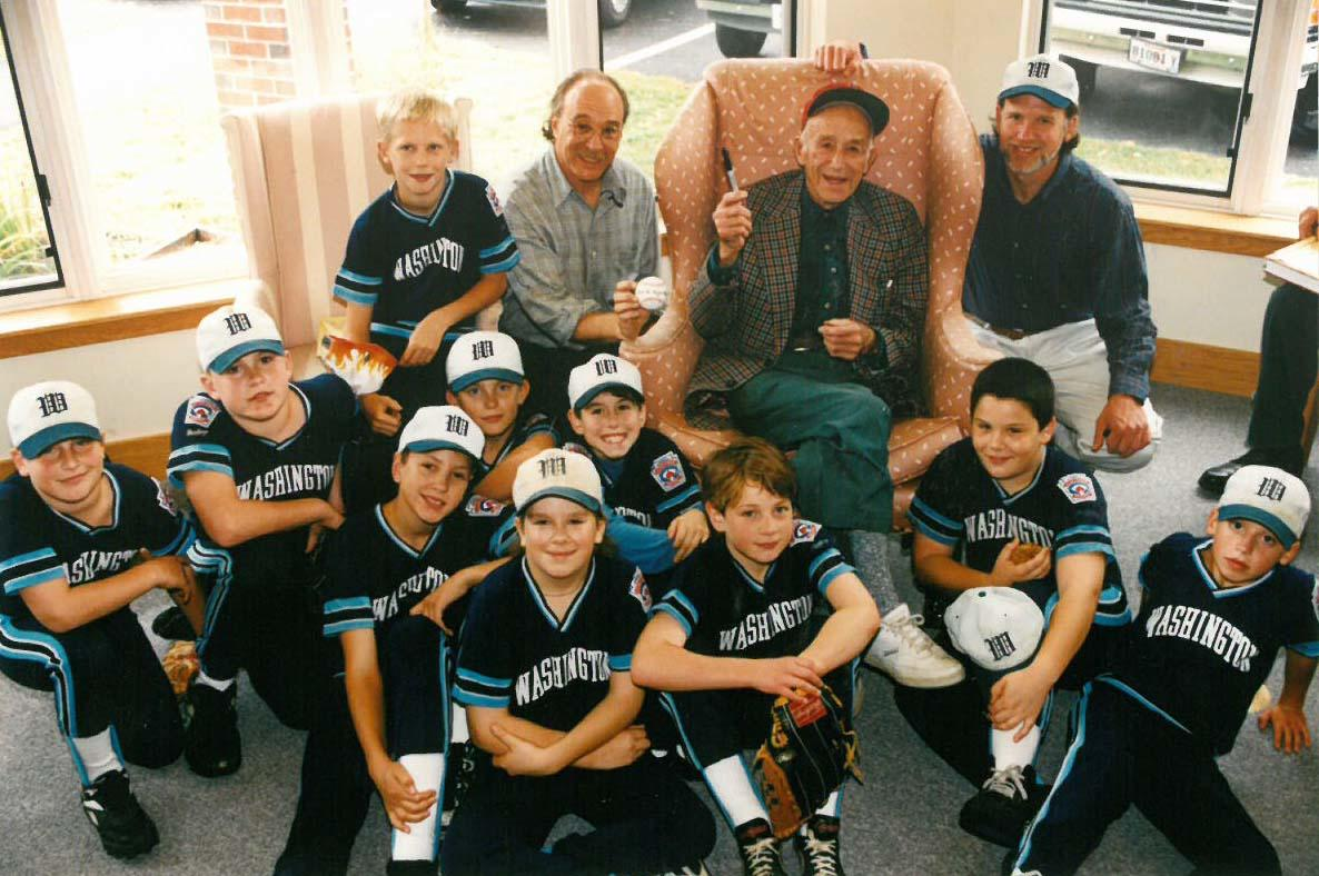 Clyde Sukeforth poses with librarian Bo Marks (left), Washington Little League coach Steve Ocean (right) and the Washington, Maine, Little League team in 1995 for the unveiling of his exhibit at Gibbs Library. (National Baseball Hall of Fame and Museum)