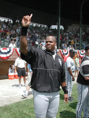 Future Hall of Famer Frank Thomas acknowledges the Doubleday Field crowd at the 2002 Hall of Fame Game. (National Baseball Hall of Fame and Museum)