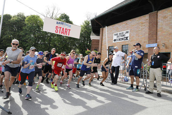 The 2018 Base Race started Hall of Fame Classic on May 26, as player Ryan Rowland-Smith assisted at the start line. (Milo Stewart Jr./National Baseball Hall of Fame and Museum)