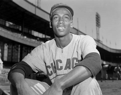 Chicago Cubs infielder Ernie Banks sitting on the top of the dugout steps. (Osvaldo Salas Collection / National Baseball Hall of Fame Library)