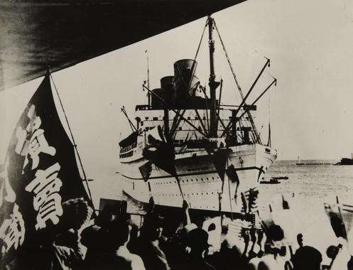 Five thousand Japanese fans line the pier at Yokohama harbor to greet American ballplayers arriving aboard the ocean liner Empress of Japan. – B-277-51-5 (National Baseball Hall of Fame Library)