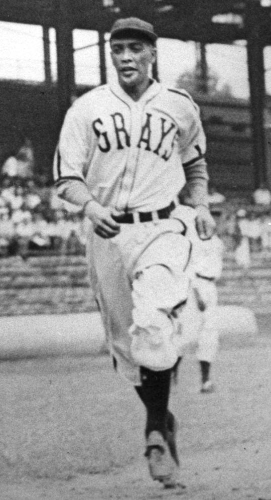 Además de ser uno de los mejores lanzadores de las Ligas Negras de su época, Ray Brown también fue un excelente bateador que jugaba a menudo en el campo los días que no lanzaba.  (Salón de la Fama y Museo de Béisbol Nacional)