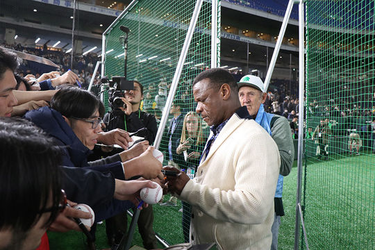 Rickey Henderson signing autographs at the Tokyo Dome prior to the 2019 season opener in Tokyo, Japan. (Kyle Skinner/Oakland Athletics)