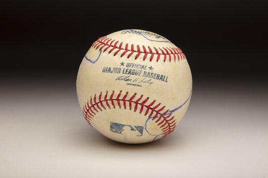 El balón que Mariano Rivera usó para mostrar a Roy Halladay cómo lanzó su cortador.  (Milo Stewart Jr. / Salón de la Fama y Museo Nacional de Béisbol)