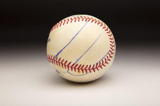 Después de que Mariano Rivera mostró a Roy Halladay su agarre para el cortador, Halladay lo trazó con cuidado sobre la pelota con un bolígrafo.  (Milo Stewart Jr. / Salón de la Fama y Museo Nacional de Béisbol)