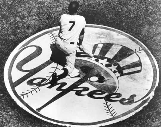 Mickey Mantle kneeling on the Yankees logo. BL-1851.2002