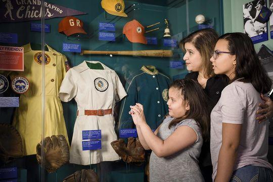 """La conocida exhibición """"Sueños de Diamante"""" rinde tributo a las jugadoras, ejecutivas y comentadoras quienes han impactado el baseball dentro y fuera del campo de juego. (Mitch Wojnarowicz/ Museo y Salón de la Fama Nacional del Baseball)"""