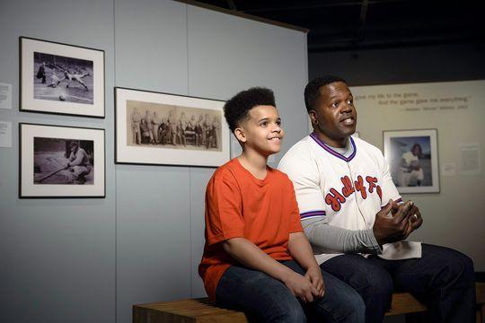 """""""Fotos del Pasatiempo Americano"""" despliega la amplia y extensa colección de fotos del Museo, capturando la belleza eterna del juego. (Mitch Wojnarowicz/ Museo y Salón de la Fama Nacional del Baseball)"""