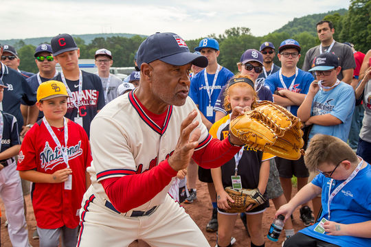 Hall of Famer Ozzie Smith gives some pointers to Museum supporters at the 2018 PLAY Ball event in Cooperstown. (National Baseball Hall of Fame and Museum)
