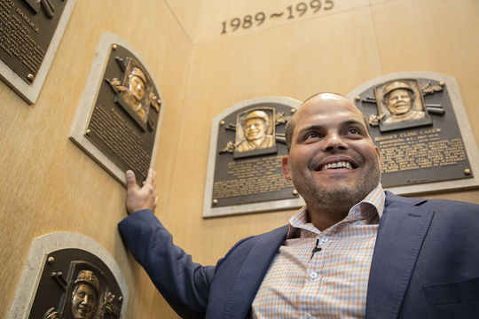 Iván Rodríguez stands beside the plaque of fellow catcher Johnny Bench, who was his favorite player growing up. (Milo Stewart Jr. / National Baseball Hall of Fame)