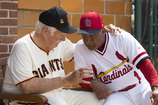 Hall of Famers Gaylord Perry and Ozzie Smith strategize prior to the 2018 Hall of Fame Classic. (Milo Stewart Jr./National Baseball Hall of Fame and Museum)