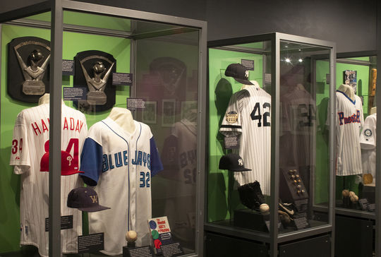 La <em> Inductees Exhibit </em> de 2019 presenta artefactos de los seis miembros de la Clase de 2019. (Milo Stewart Jr./National Baseball Hall of Fame and Museum)