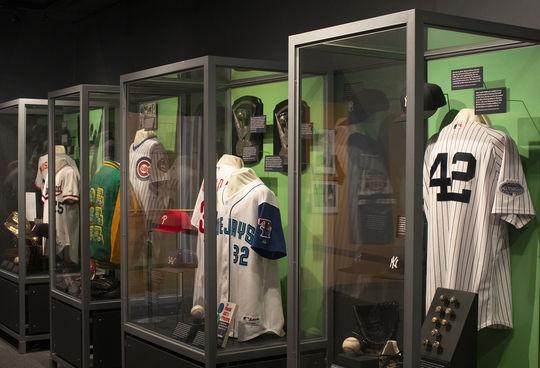 Los artefactos de Harold Baines, Roy Halladay, Mike Mussina, Lee Smith, Edgar Martínez y Mariano Rivera aparecen en la <em> Inductees Exhibit </em> de la Clase de 2019, que se presenta en el tercer piso del Museo.  (Milo Stewart Jr. / Salón de la Fama y Museo Nacional de Béisbol)