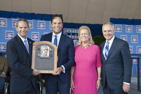 Mike Piazza, pictured with Hall of Fame President Jeff Idelson, Chairman of the Board Jane Forbes Clark, and Commissioner Rob Manfred, accepts his Hall of Fame plaque at the 2016 <em> Induction Ceremony </em>. (Milo Stewart Jr. / National Baseball Hall of Fame)