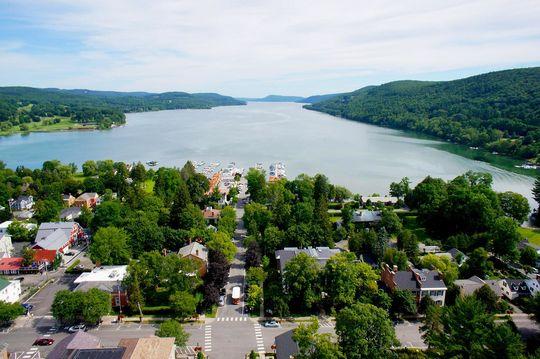 La ciudad de Cooperstown se encuentra en el lado sur del Lago Otsego, visto arriba. (Milo Stewart Jr./National Baseball Hall of Fame and Museum)