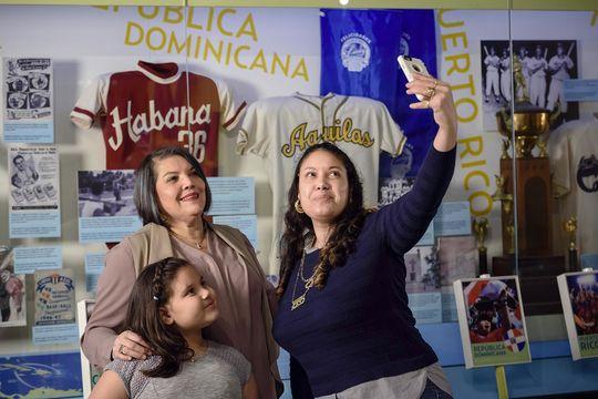 """La exhibición """"Viva Baseball"""" se enfoca en el Caribe y permite conocer a fondo la importancia del baseball en la cultura Latinoamericana y la influencia que los jugadores Latinos tienen en el Juego hoy en día. (Mitch Wojnarowicz/ Museo y Salón de la Fama Nacional del Baseball)"""